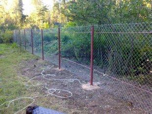 Как укрепить угловые опоры забора из сетки-рабицы