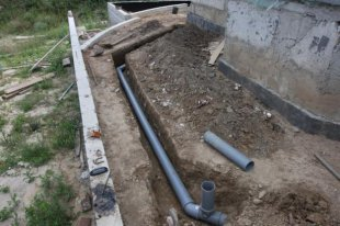 Прокладка канализационных труб: пошаговая инструкция